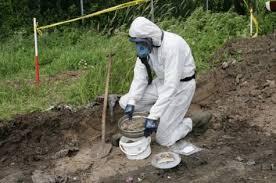 asbest onderzoek man in pak